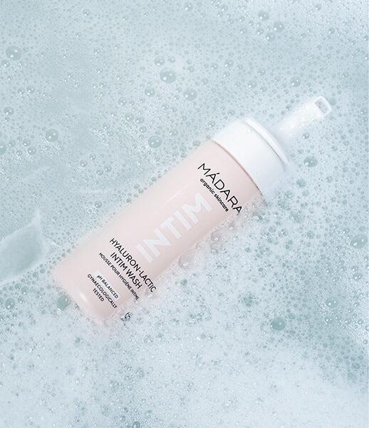 Madara Organic Skincare - INTIM Płyn do higieny intymnej z kwasem hialuronowym i mlekowym (Fot. Madara Organic Skincare)